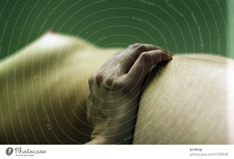 Auf dünnem Eis Frau Akt nackt Körper Hand alt Frauenbrust Finger fein Erotik zart verwundbar offen direkt