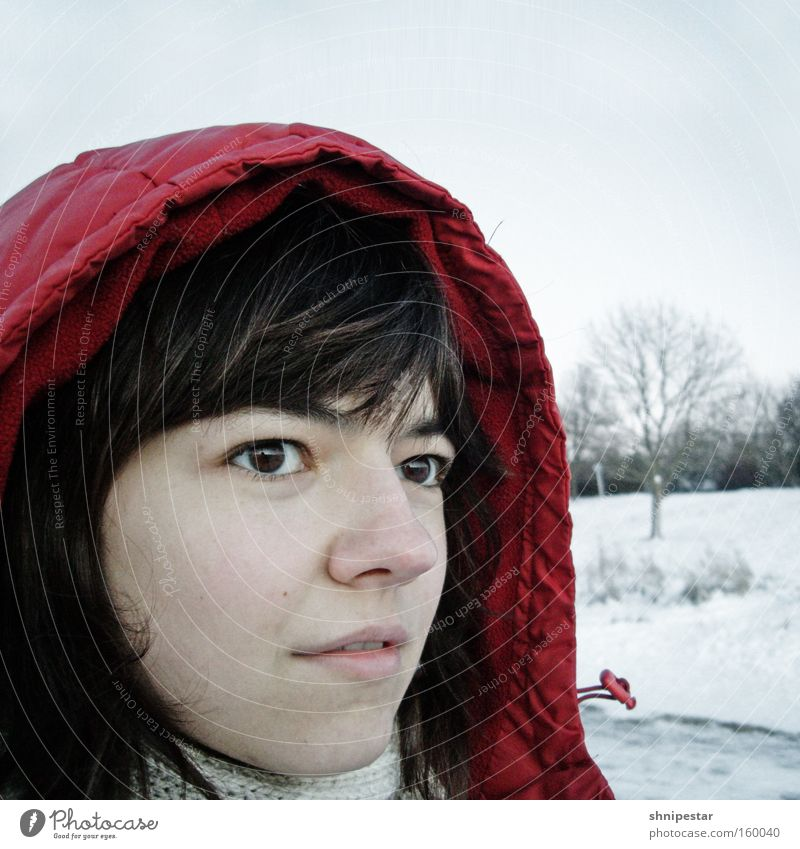 Die kleine Uli Winter Schnee Porträt frieren kalt Kapuze rot Jacke Rollkragenpullover Gesicht Haare & Frisuren brünett Auge Partnerschaft skeptisch Quadrat