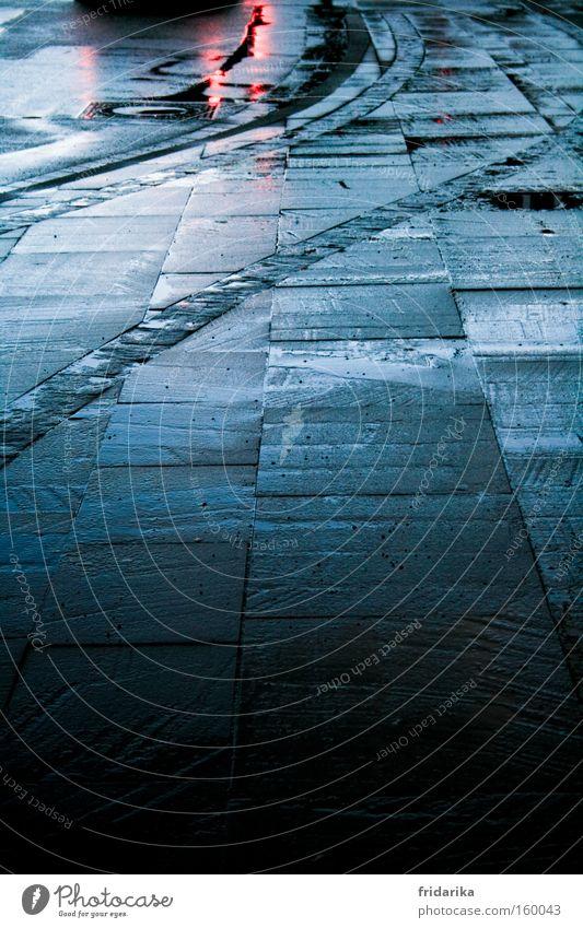 rücklicht dunkel Stein Wege & Pfade nass trist Bürgersteig Verkehrswege Fußweg Pfütze Glätte Bordsteinkante schlechtes Wetter Bodenplatten Rücklicht Rutschgefahr