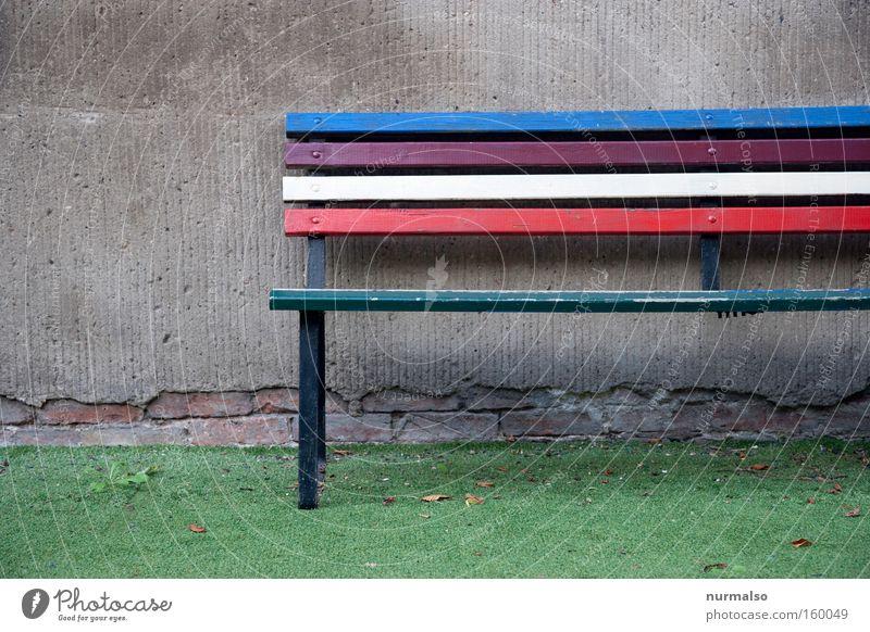 Bunter Platz ruhig Farbe Erholung Wand grau Mauer Freizeit & Hobby Pause Bank Dinge Frieden Kindergarten Gegenteil Regenbogen Parkbank Schulhof