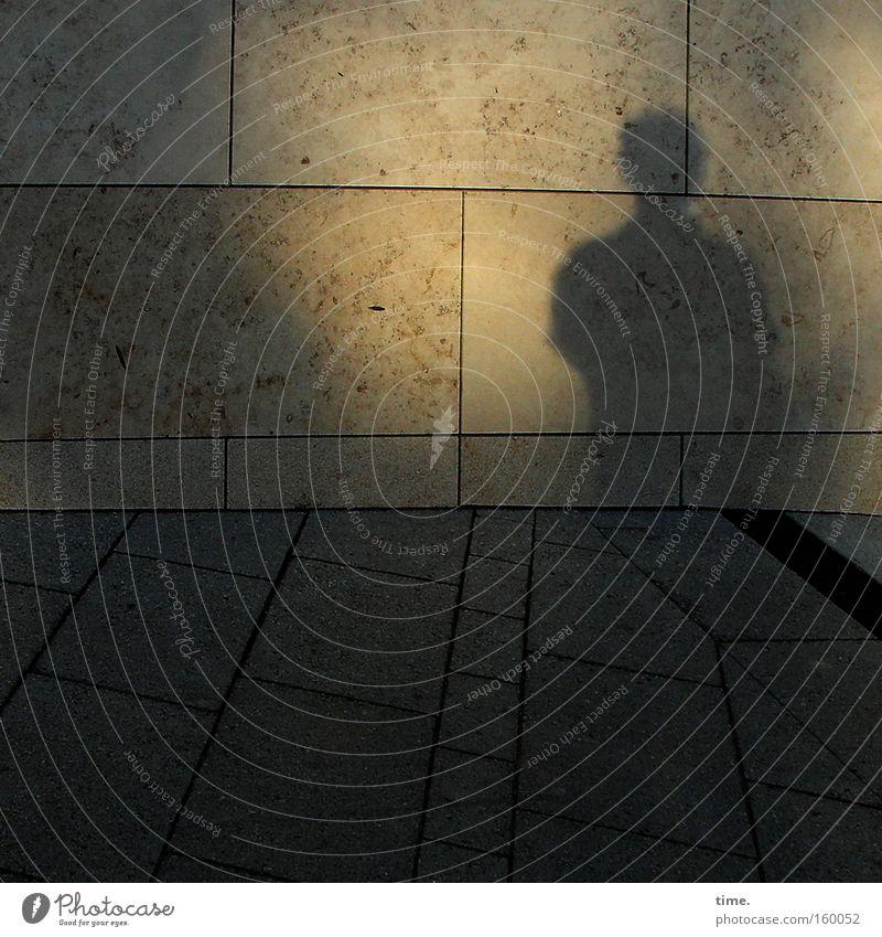 Tempelwache Licht Schatten Silhouette Mann Erwachsene stehen träumen dunkel Wachsamkeit Langeweile geheimnisvoll Fliesen u. Kacheln Wand ungemütlich edel