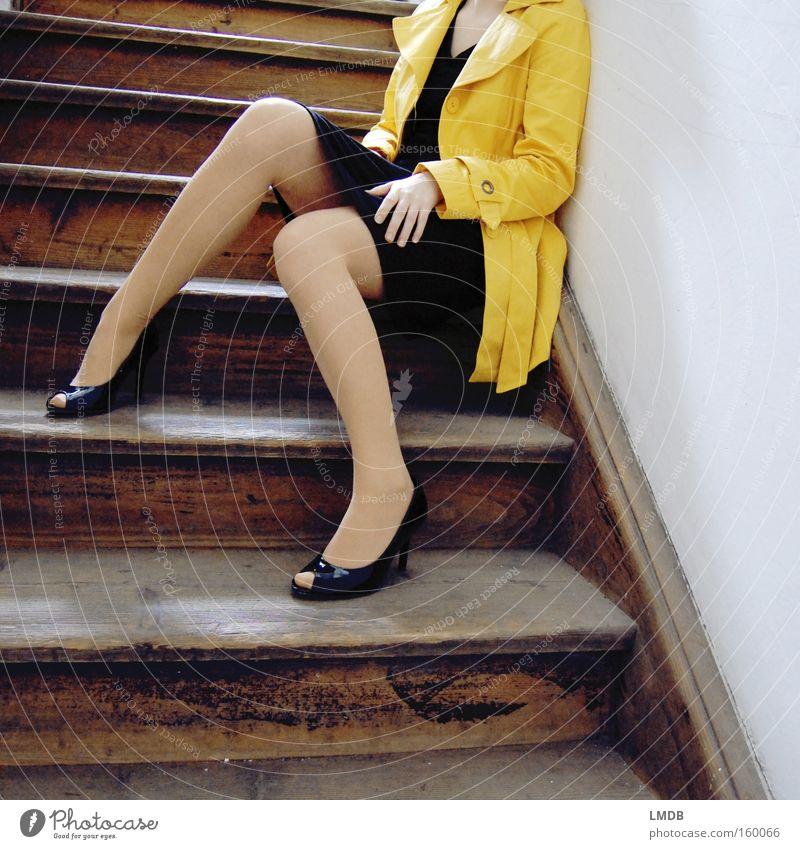 Warten auf Frühlingswetter Damenschuhe gelb Treppenhaus Trenchcoat Mantel Frau schwarz lasziv Peeptoes Leiter knallige Farbe Beine