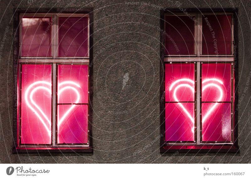 Stadtliebe Farbfoto Außenaufnahme Menschenleer Nacht Kunstlicht Licht Langzeitbelichtung Zentralperspektive Fassade Fenster Beton Zeichen Herz leuchten Liebe