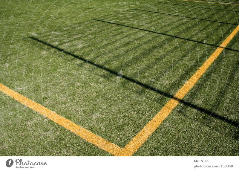kunstrasen Kunstrasen Sand grün gelb Schatten Zaun Linie Sportplatz Ballsport Spielen Freizeit & Hobby Rasen Zeichen Ecke v Bodenbelag spielfläche