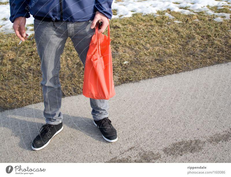 Stand about and smoke Jugendliche Stil Fuß warten modern stehen Rauchen Zigarette Langeweile Tasche Rauschmittel