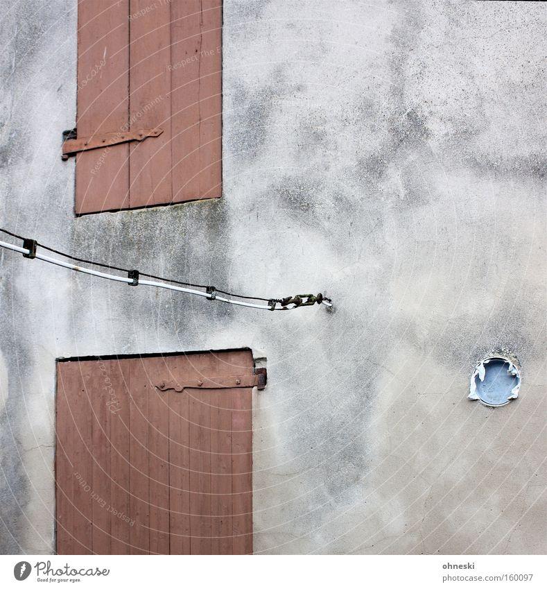 Geschlossen Haus Wand Holz grau Traurigkeit Tür Elektrizität trist Kabel kaputt verfallen Röhren Putz Scheune Farblosigkeit Scharnier