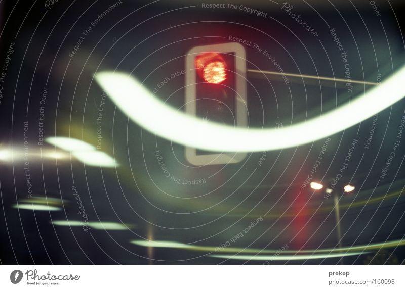 Beschwingt durch die Nacht Ampel dunkel Licht Bewegung rot stoppen Verkehr fahren Kurve Langzeitbelichtung warten Freude Bremse