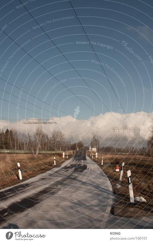 gegen die wand Winter Wolken Einsamkeit Straße kalt Wand Horizont Verkehr vorwärts Richtung Verkehrswege Pfosten Leitung ländlich Hochspannungsleitung