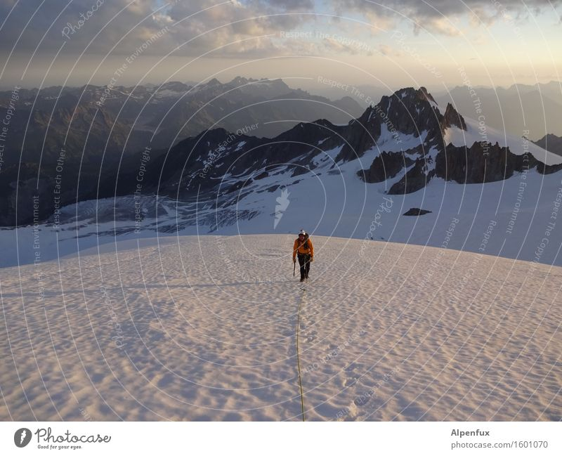 Allein auf weißer Flur Wolken Ferne Berge u. Gebirge kalt Schnee Felsen Horizont träumen Kraft Erfolg laufen Abenteuer Gipfel Alpen Schneebedeckte Gipfel