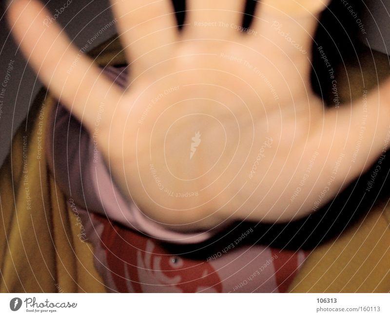 Fotonummer 109957 Hand stoppen fangen greifen Handfläche Finger Unschärfe Warnhinweis Warnung Defensive Abwehrformation abwehrend Mensch Lücke Fotografieren