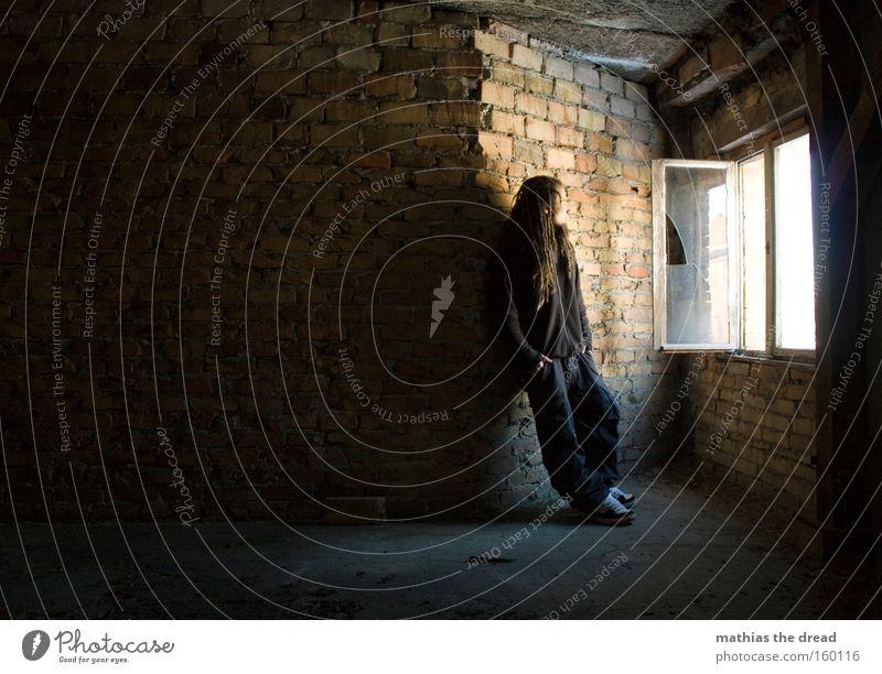 FRISCHLUFT Mensch Mann rot Wand Fenster hell Raum warten Coolness stehen Vergänglichkeit Innenarchitektur verfallen Backstein lässig grell