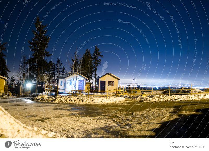 Nachts auf der Farm Himmel deutlich Stern Schnee Licht Aussicht Tanne Haus Hütte ruhig Einsamkeit Zaun Langzeitbelichtung Kies Sternenhimmel