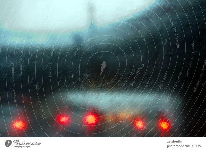 Heimfahrt Autobahn Stadtautobahn Verkehr Straßenverkehr Licht Rücklicht KFZ Verkehrsstau Brücke Regen Fensterscheibe Scheibe Autofenster Wassertropfen
