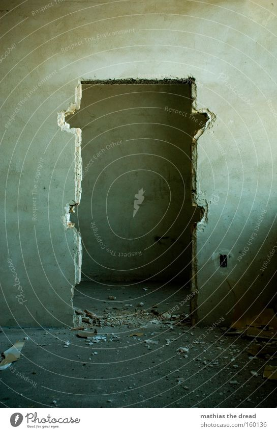 RAUSGEBROCHEN alt Leben Angst Tür leer Vergänglichkeit Innenarchitektur gruselig verfallen Ruine schäbig Panik Putz spukhaft zerstören