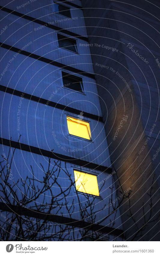 Das zweite Licht im Block Haus Hochhaus Gebäude Architektur alt Armut einfach Höhenangst gefährlich Plattenbau Armutsgrenze Fenster Farbfoto Gedeckte Farben