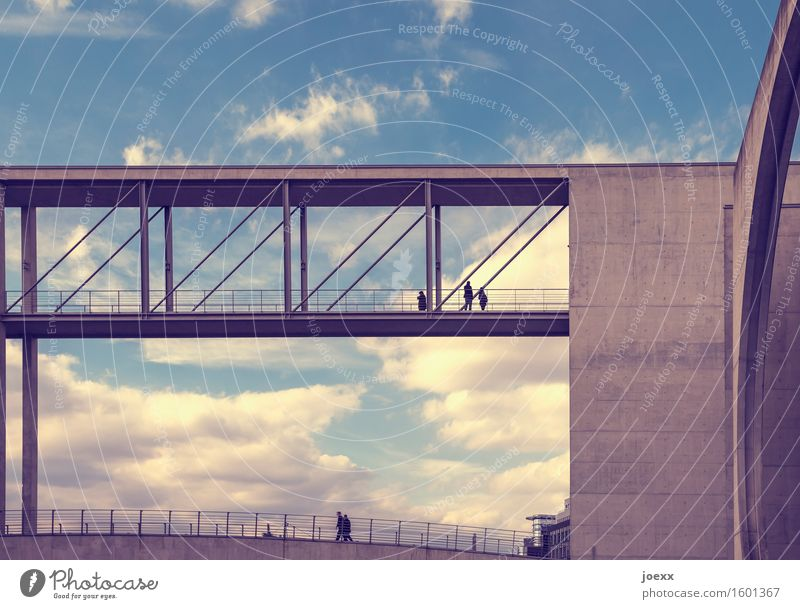 Zweibrücken Mensch Berlin Hauptstadt Brücke Architektur Mauer Wand gehen Blick ästhetisch groß hoch blau grau weiß Politik & Staat Stadt