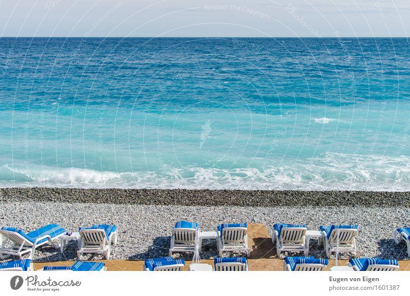 Mehr Meer Nizza Wellen Küste Strand Hafenstadt Stadtzentrum ästhetisch Glück Optimismus Warmherzigkeit Fernweh Einsamkeit ruhig leer Pause Stuhl Strandanlage