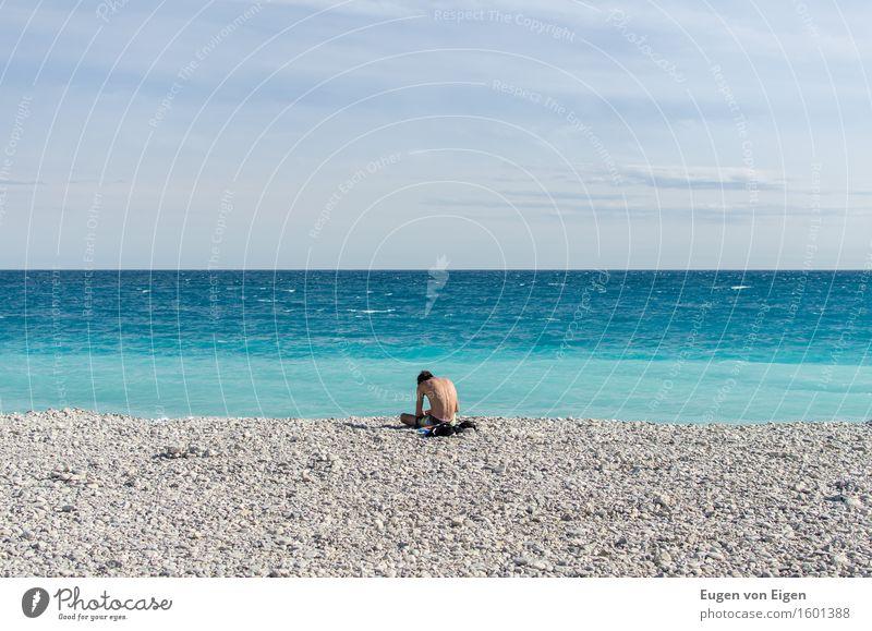 Sitzender Junge an der Côte d'Azur Erholung ruhig Meditation Sonne Strand Meer Wellen maskulin Junger Mann Jugendliche 1 Mensch 18-30 Jahre Erwachsene Sommer