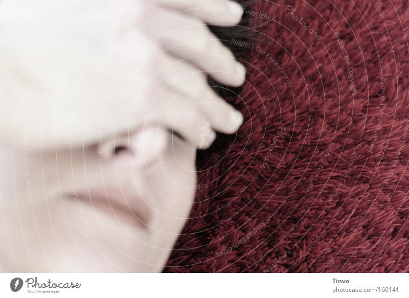 leave it all behind Frau Hand Gesicht träumen Kopf Traurigkeit Trauer nachdenklich blenden bedecken aufwachen erinnern verwundbar Schmerz Kopfschmerzen