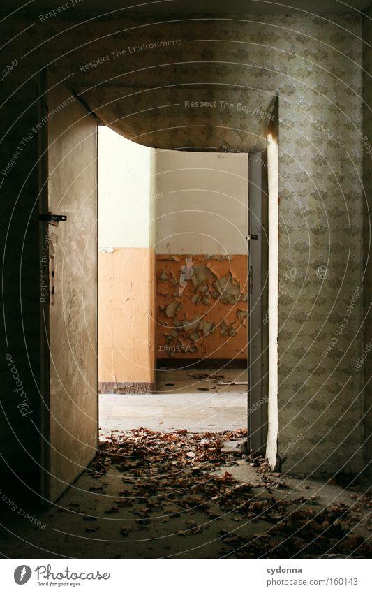[Weimar09] Offene Türen alt Blatt Leben Herbst Raum Zeit Vergänglichkeit verfallen Verfall Eingang Zerstörung Erinnerung Örtlichkeit Leerstand Militärgebäude