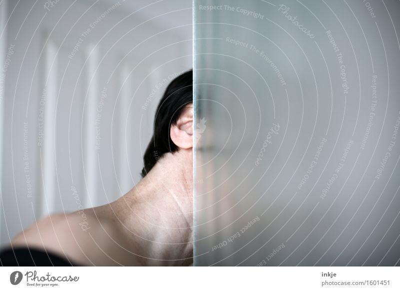 ......! Frau Erwachsene Leben Kopf Frauenhals Hals 1 Mensch Am Rand Ecke Glastür Linie beobachten entdecken Blick Neugier geheimnisvoll Kontrolle Überwachung