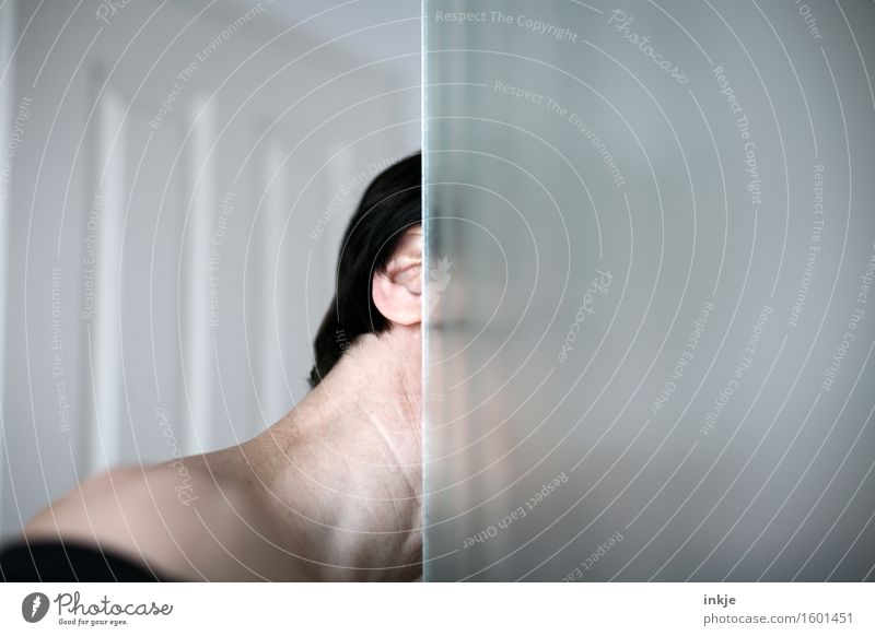 ......! Mensch Frau Erwachsene Leben Kopf Linie Glas beobachten Ecke Neugier geheimnisvoll entdecken Kontrolle Am Rand Hals strecken