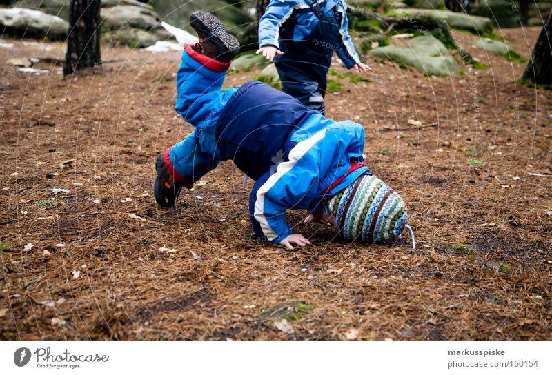 Rock 'n' Roll Kids Kind Freude toben fallen 2 Kleinkind Natur Spielen Kindergarten fun Tanzen Bodenbelag