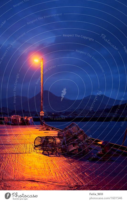 Blaue Stunde Ausflug Abenteuer Hügel Berge u. Gebirge Küste Bootsfahrt Fischerboot Hafen Seil Einsamkeit ruhig stagnierend Tourismus Güterverkehr & Logistik