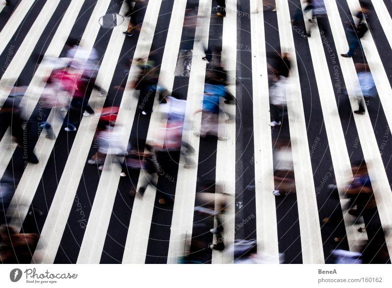 Rush Hour Mensch Stadt Straße Wege & Pfade Bewegung Menschengruppe Arbeit & Erwerbstätigkeit Aktion Stadtleben Übergang Verkehrswege Stress Menschenmenge Gefühle Leben Fußgänger