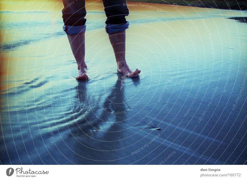 kaltes blau 2 Meer Strand Farbe Fuß Wellen nass Jeanshose analog Wasser