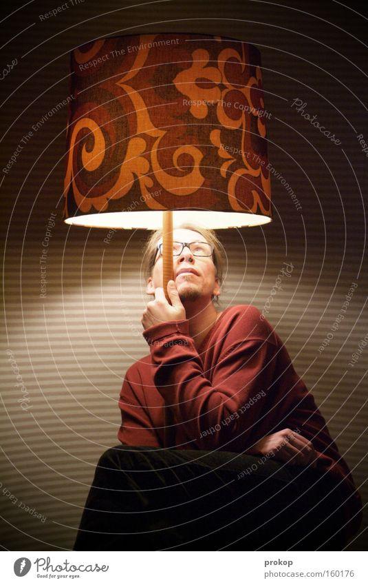 Wettervorhersage Mann Mensch Lampe Licht sitzen planen retro Stil Erkenntnis Erholung ruhig Nacht Regenschirm festhalten Blick Freude Inspiration Idee
