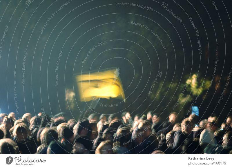 Tag X Farbfoto Außenaufnahme Textfreiraum oben Nacht Unschärfe Vogelperspektive Mensch Menschengruppe Menschenmenge Subkultur Veranstaltung Fahne beobachten