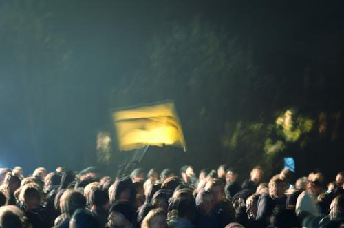Tag X Mensch sprechen Menschengruppe Politik & Staat Stimmung Kraft Fahne stehen authentisch beobachten Wut leuchten Mut Konflikt & Streit Veranstaltung