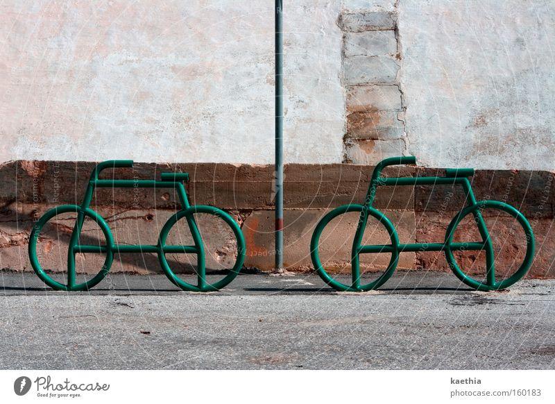 bikertour Fahrrad Verkehrswege Straße Schilder & Markierungen grün Rad Fahrradständer Strukturen & Formen Wand Metall Mauer Fahrradrahmen braun Farbfoto