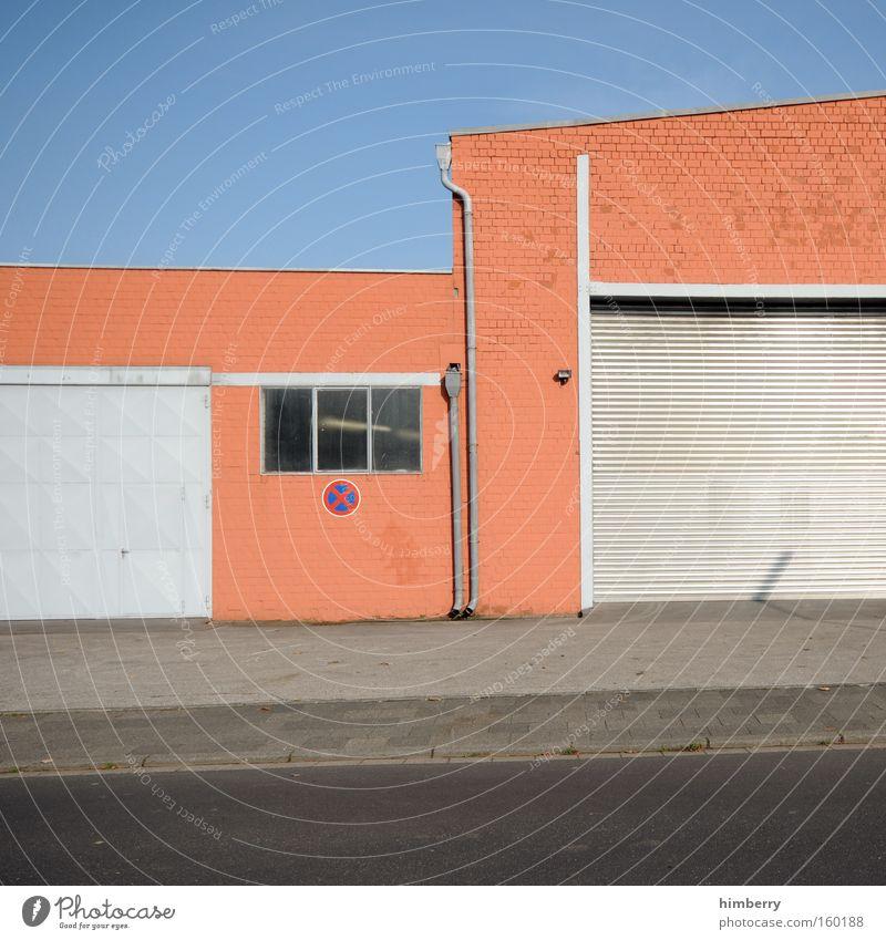 weniger bunt Industriefotografie Lager Lagerhalle Gewerbegebiet Garage Tor Toreinfahrt Gebäude Fassade gewerbeimmobilie