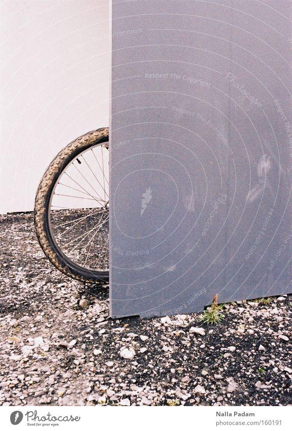 Angelehnt an... weiß grün Pflanze grau Fahrrad dreckig Verkehr modern Reifen Kies Eisen Bochum Fahrradreifen