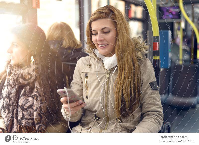 Mensch Frau Jugendliche 18-30 Jahre Erwachsene lachen Glück Textfreiraum blond sitzen Fröhlichkeit Technik & Technologie Lächeln lesen Telefon brünett