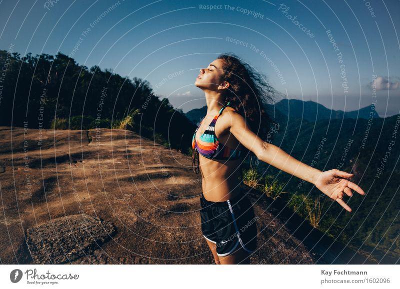Junges Mädchen breitet die Arme aus Lifestyle Glück schön Gesundheit Gesundheitswesen Gesunde Ernährung sportlich Fitness Wellness harmonisch Wohlgefühl