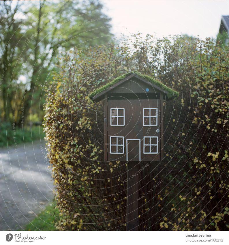 you've got mail Häusliches Leben Haus Fenster Tür Briefkasten Vogel schreiben skurril Postbote Nachbar obskur Farbfoto Außenaufnahme