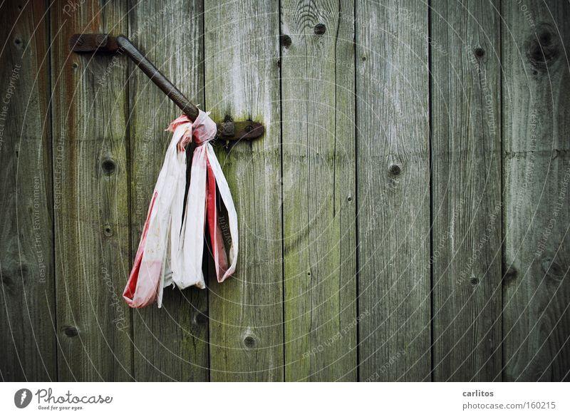 Flatterband alt Holz Angst Tür geschlossen Sicherheit gefährlich bedrohlich Tor verfallen Verfall Rost Eingang Holzbrett Barriere Panik