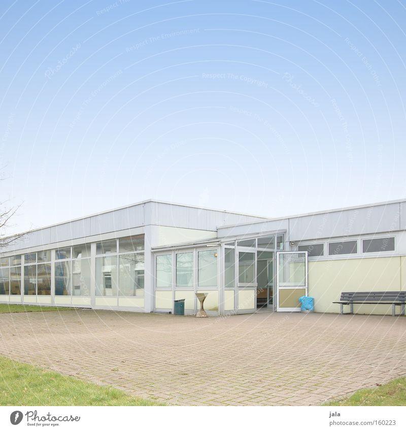 Pausenhof Speisesaal Kantine Mensa Rauchen Mittagessen Schule Unternehmen Firmengebäude Studium Gebäude Flachdach hell Fenster Platz blau Himmel Werkstatt