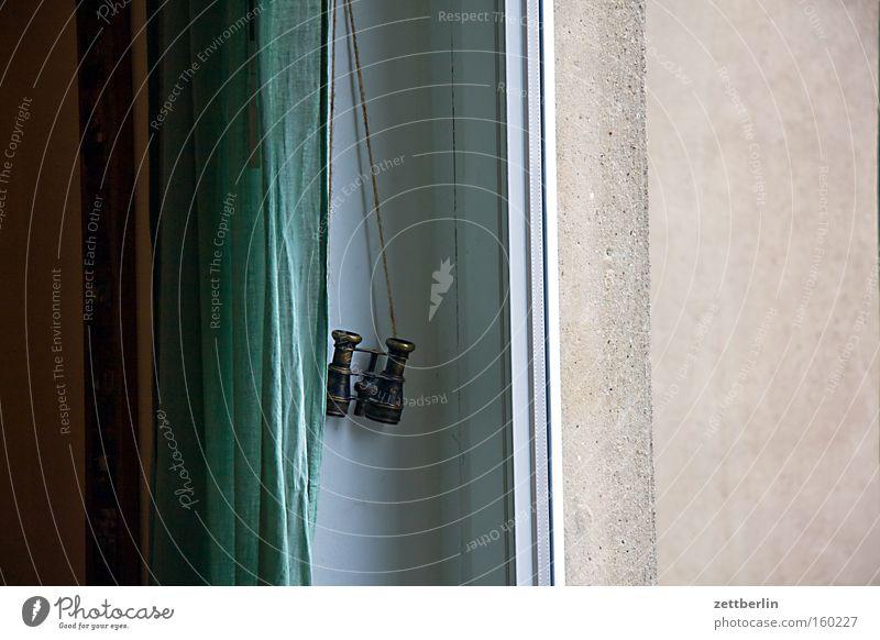 Neugier Haus Fenster Wohnung Häusliches Leben beobachten obskur Vorhang Gardine Fernglas Nachbar Stadthaus privat Moral spionieren Stalker