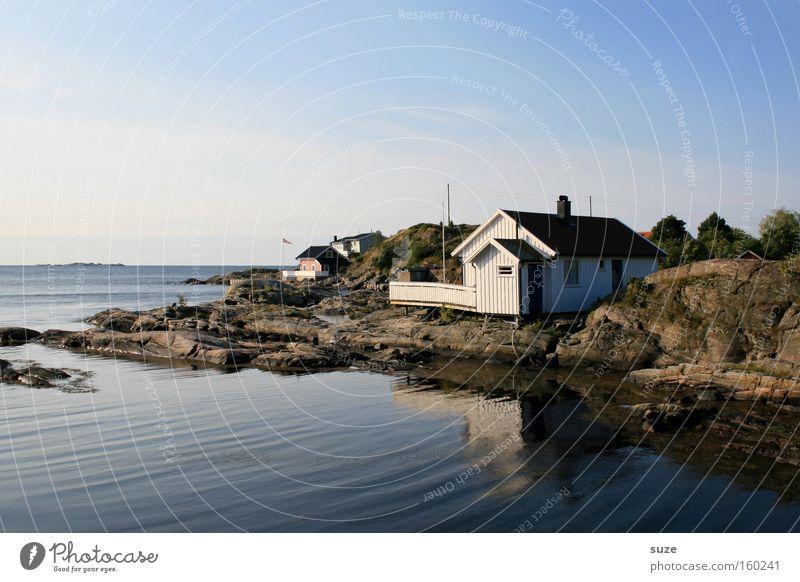 Das Haus am Meer Zufriedenheit Erholung ruhig Umwelt Natur Landschaft Urelemente Luft Himmel Wolkenloser Himmel Sommer Schönes Wetter Hügel Felsen Küste Fjord