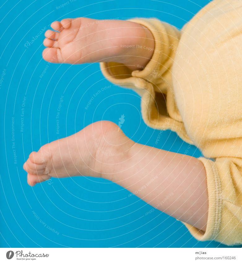 zugeknöpft. gelb Fuß Beine Baby klein laufen lernen Wachstum türkis Kleinkind krabbeln Kindererziehung