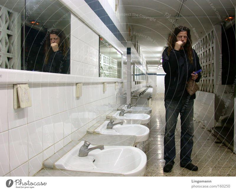 Nachtschicht Zahnpflege Bad Waschhaus Waschbecken Schichtarbeit Spiegel Reflexion & Spiegelung Neonlicht Einsamkeit trist unterwegs Mann Langeweile Morgen