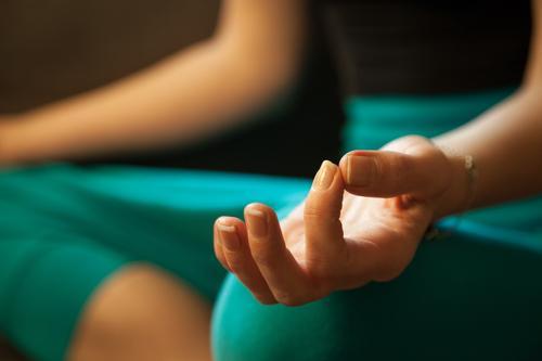 Meditation pose Alternativmedizin Wellness harmonisch Erholung Yoga Frau Erwachsene Hand 1 Mensch atmen sitzen blau grün türkis Akzeptanz achtsam Vorsicht