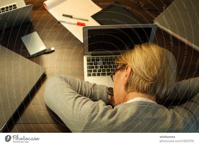 Woman sleeping on office desk Mensch Frau Erholung Erwachsene grau Business braun träumen Büro blond Technik & Technologie 45-60 Jahre Computer kaputt schlafen