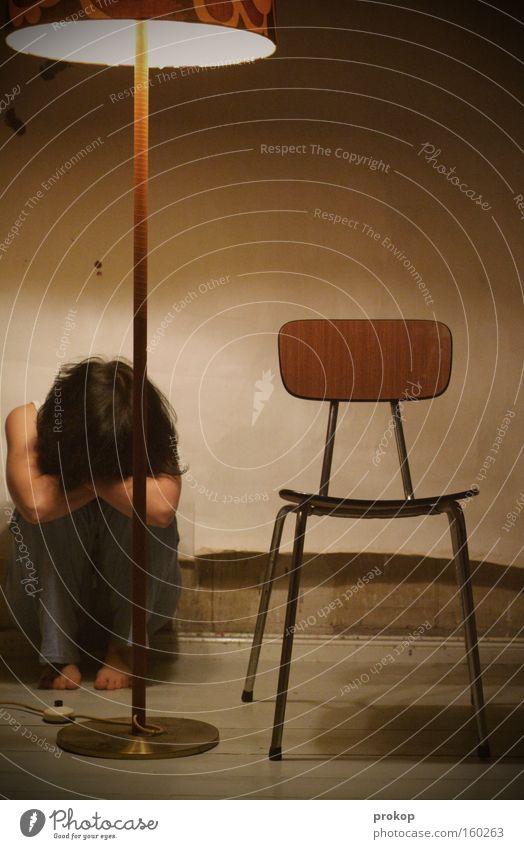 Void. Frau Mensch ruhig Einsamkeit Traurigkeit Angst Trauer Stuhl Verzweiflung Panik Schwäche hilflos Gleichgültigkeit ratlos Lustlosigkeit
