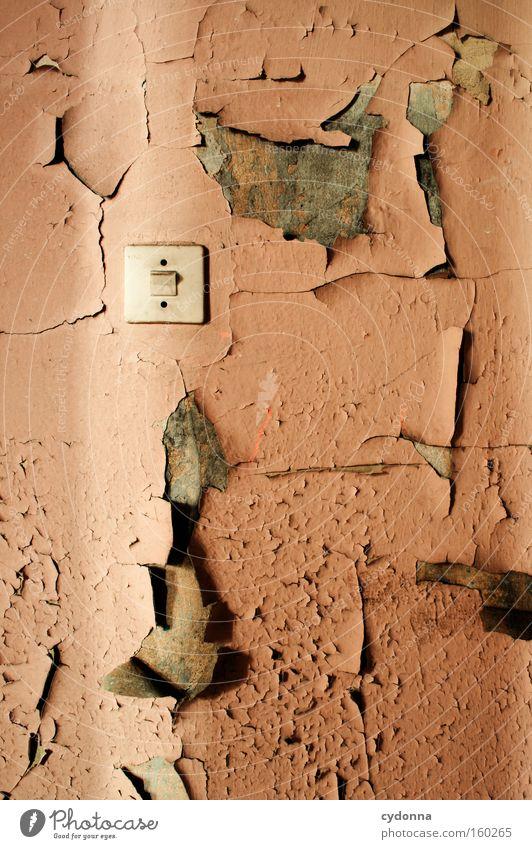 [Weimar09] Lichtspalt auf Lichtschalter Raum Örtlichkeit Verfall Vergänglichkeit Zeit Leben Erinnerung Zerstörung Militärgebäude Wand Farbe platzen retro