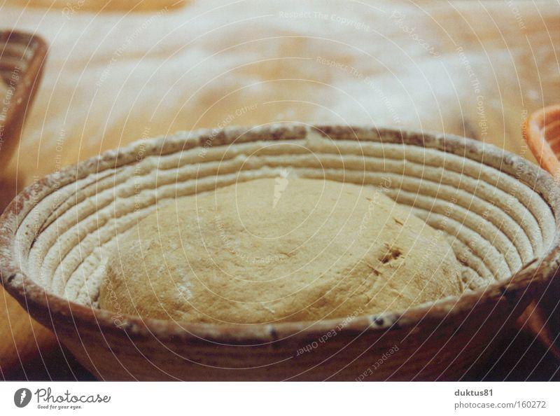 Bald gehts in den Ofen Bäcker Bäckerei Brot Teigwaren Korb Mehl Backwaren Ernährung roh backen Behälter u. Gefäße Schwache Tiefenschärfe lecker frisch